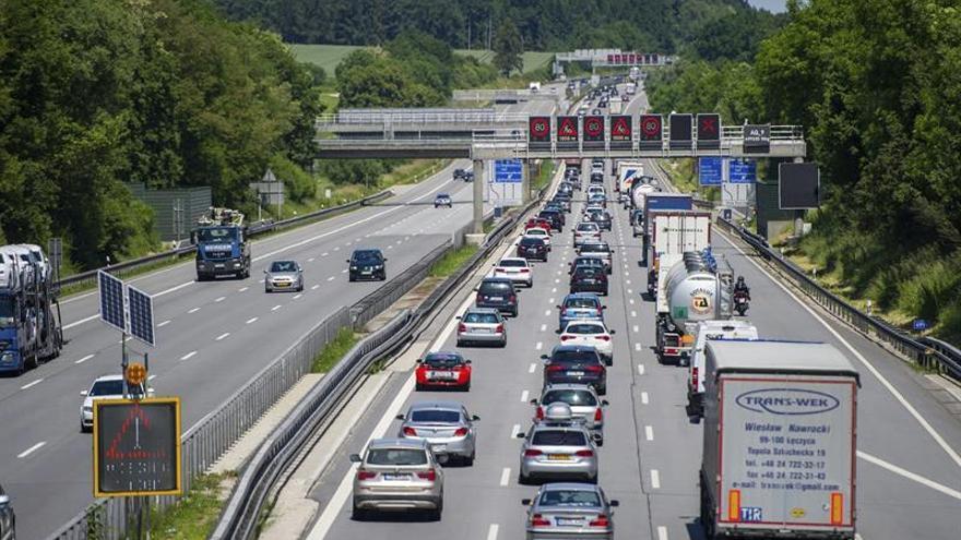La policía teme que pueda haber 17 muertos tras chocar un autobús con un camión en Alemania