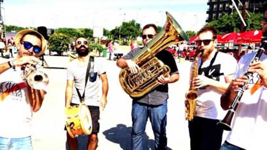Antonio Rodríguez & Sucro Band, un grupo de Ska que visita otros géneros como el blues, el dixie, hot jazz y hasta los ritmos latinos o el swing.