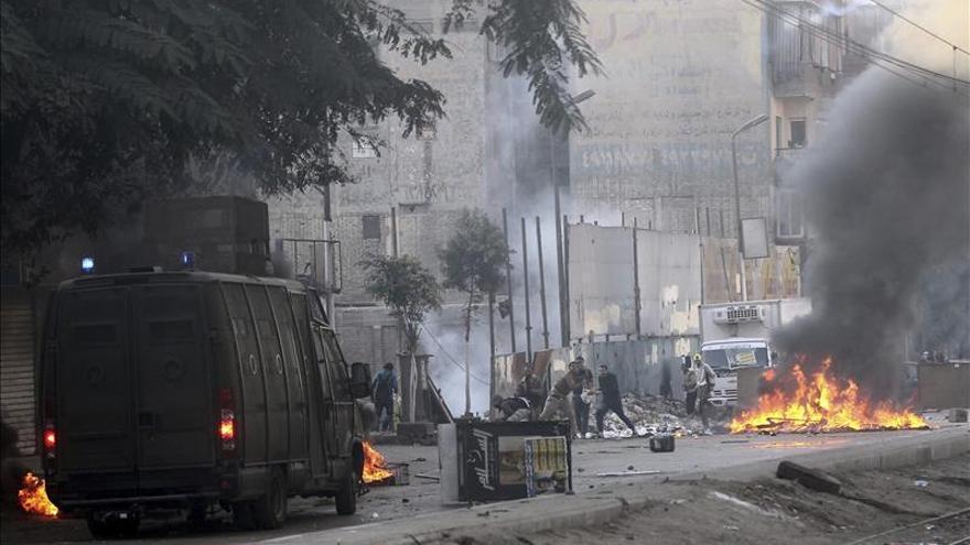 La policía egipcia dispersa protestas islamistas con gases lacrimógenos