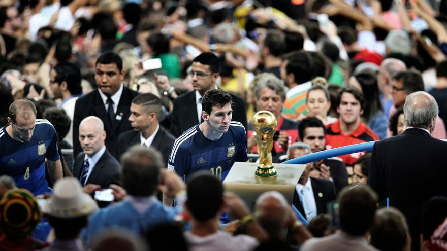 Messi mira la Copa del Mundo tras el final que Argentina perdió ante Alemania. Bao Tailiang/Premio World Press Photo