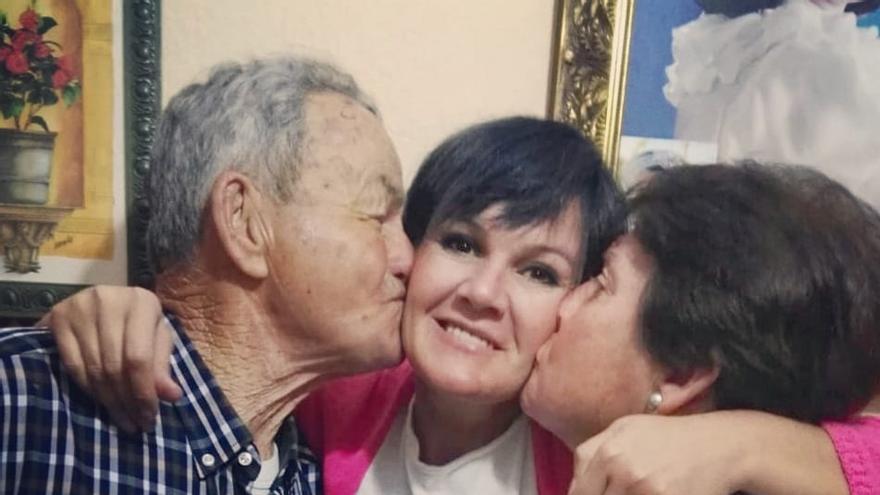 Inmaculada Martín Morgado abraza a su padre, José Martín, y a su madre.