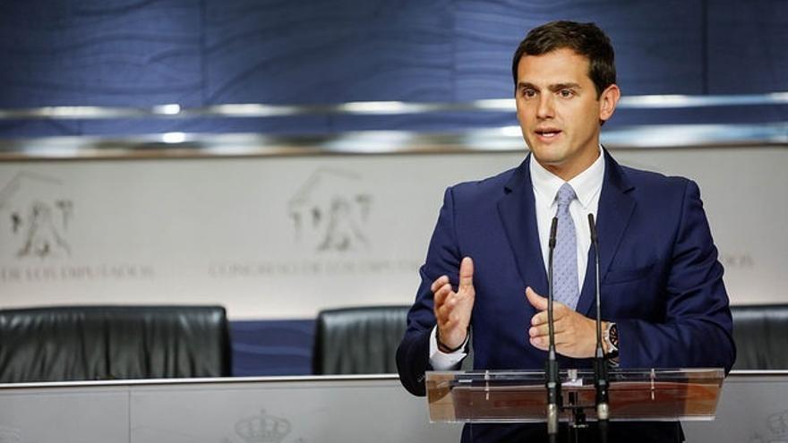 Rivera dice a Rajoy que sus votantes no entenderían que no fuera a la investidura si el PSOE se abstiene
