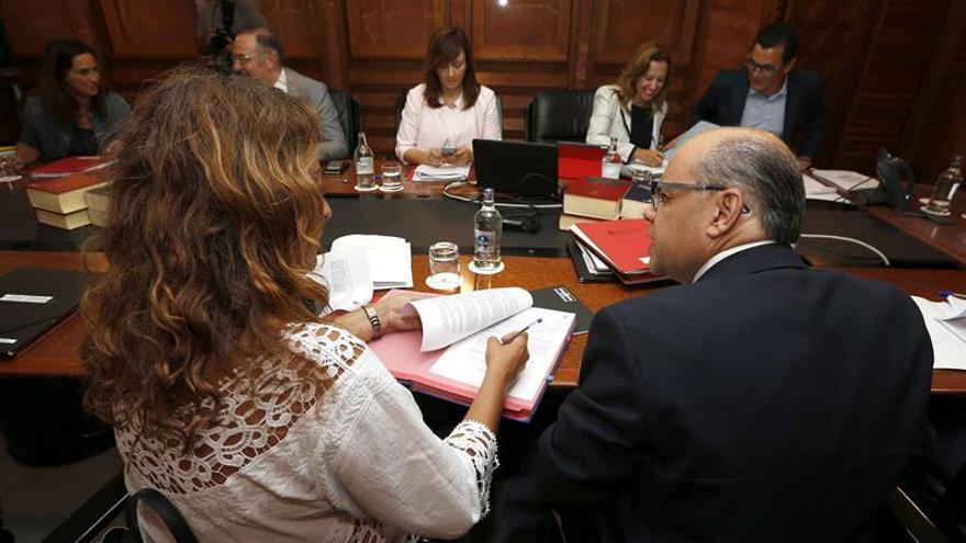 Los consejeros del Gobierno de Canarias de Presidencia, José Miguel Barragán (d), y de Empleo, Cristina Valido (i), durante la reunión semanal del Consejo de Gobierno.