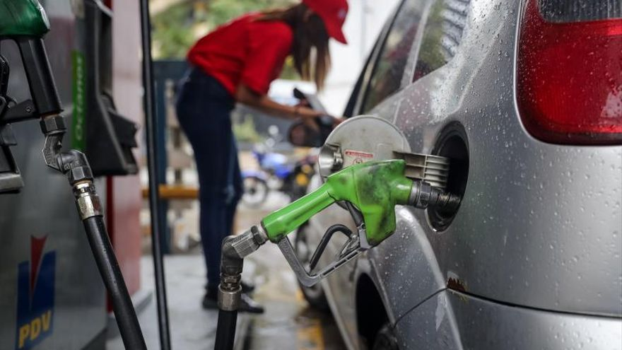 El gasóleo baja un 1,6 %, la gasolina un 1,4 % y encadenan ya ocho descensos