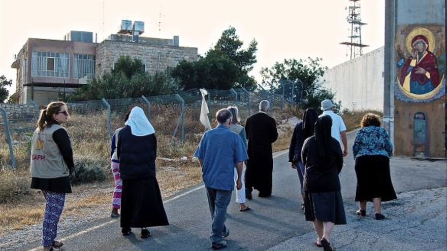 Un grupo formado de religiosas franciscanas y voluntarios se dirigen al muro israelí | WCC/EAPPI