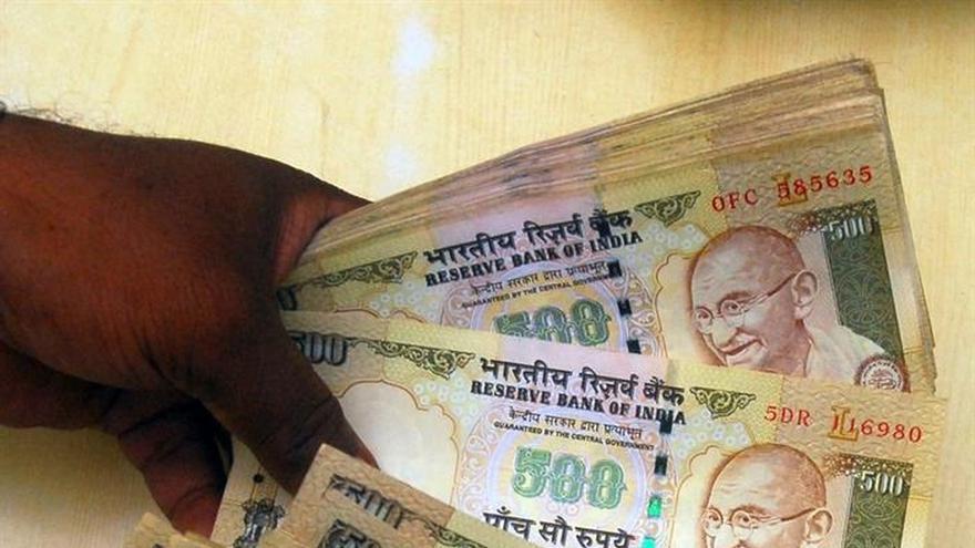 El Gobierno indio anuncia una subida del 23,5 % en los sueldos de 5 millones de funcionarios