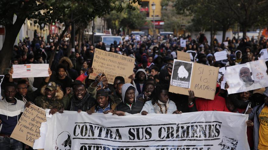 Pancartas contra el racismo en la manifestación de Lavapiés