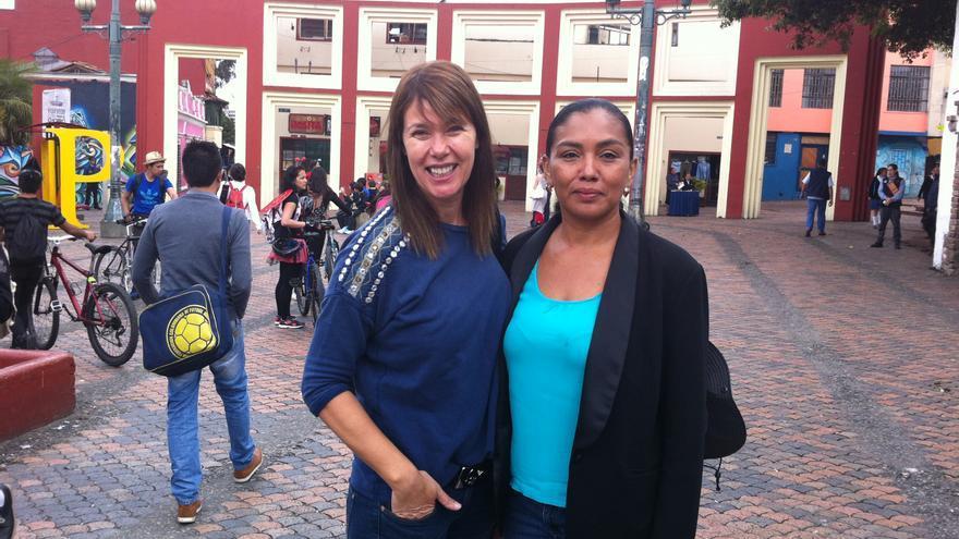 Mabel Lozano con Ana, una de las protagonistas del documental 'Chicas Nuevas 24 Horas'