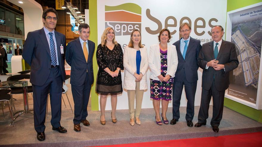 Ana Pastor, junto a la directora general de Sepes, Lucía Molares, en el Salón Inmobiliario de Madrid de 2014. Foto: Ministerio de Fomento
