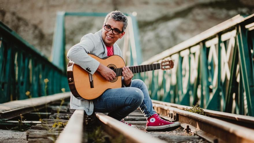 Retrato promocional del cantante tinerfeño Pedro Guerra, para la gira '#Golosinas2018'