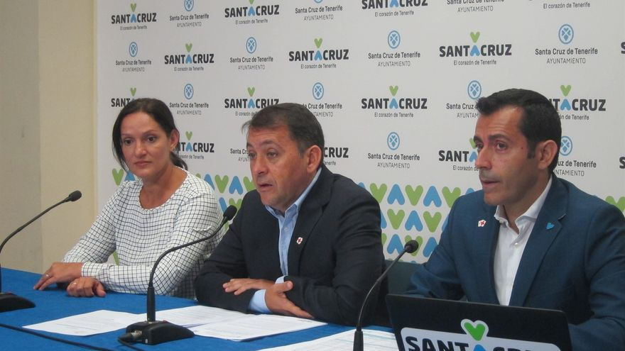 Zaida González, del PP; José Manuel Bermúdez, alcalde de Santa Cruz, y Juan José Martínez, de CC y en el área de Hacienda