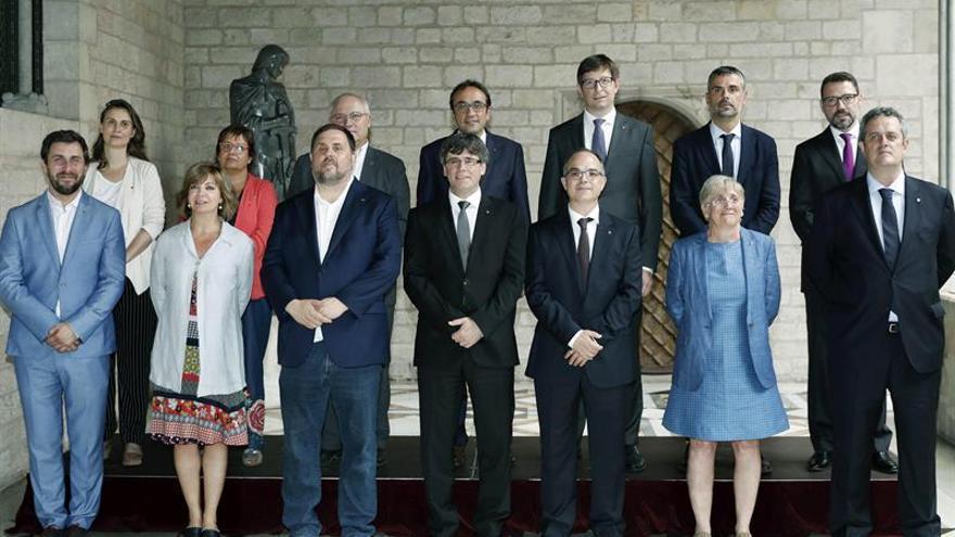 Puigdemont loa a los consellers salientes y los nuevos eluden prometer la Constitución