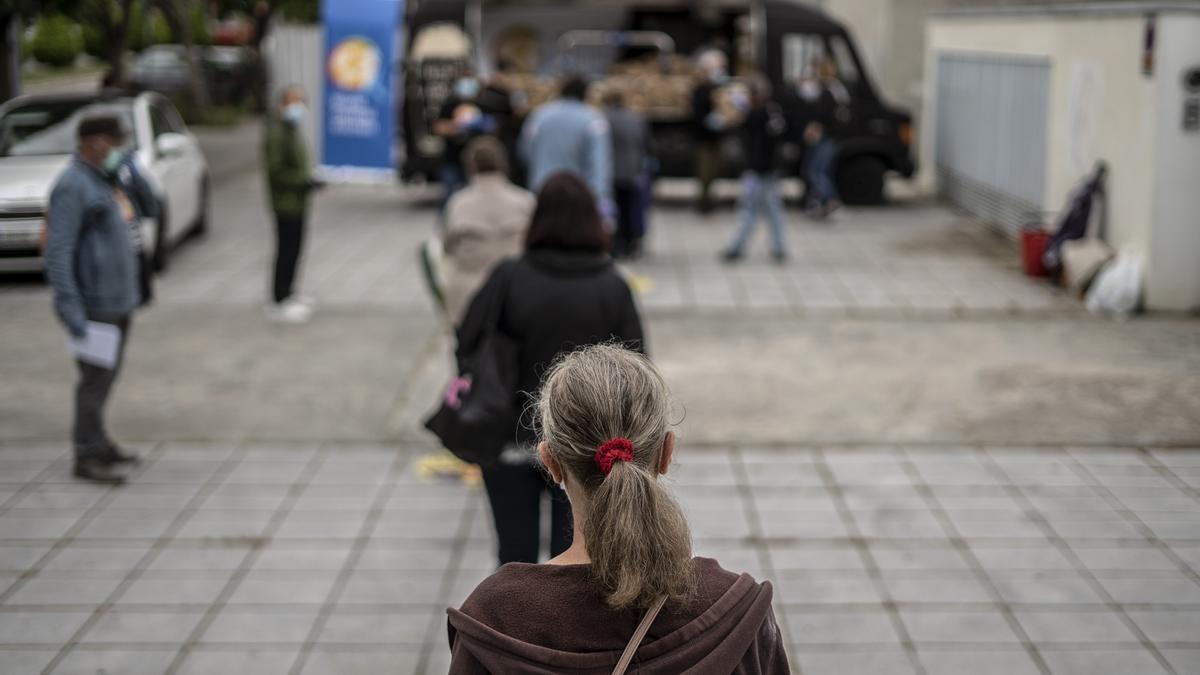 Colas ante uno de los puntos de reparto de alimentos habilitados en Madrid durante la pandemia.