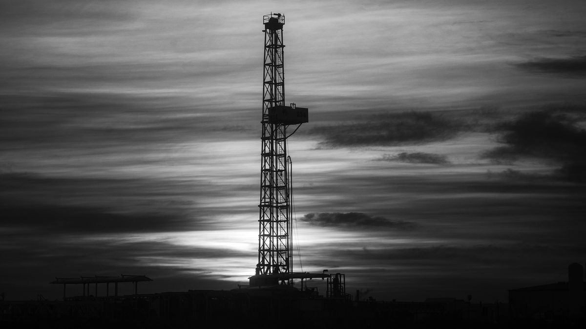 Una torre que indica que allí hay un pozo de extracción de hidrocarburos.