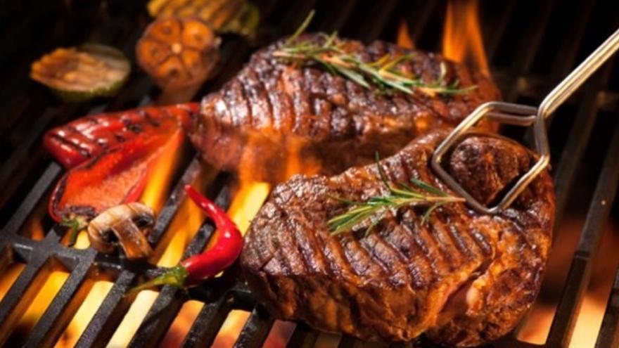 La llama siempre es un peligro para las carnes en la barbacoa.