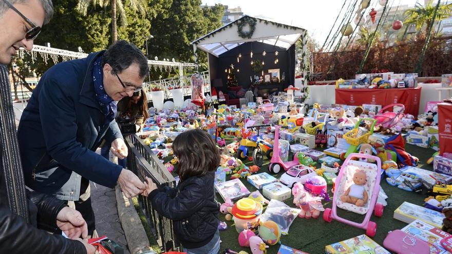 Los niños murcianos donan más de 3.000 juguetes en el Punto Solidario del Gran Árbol de Navidad