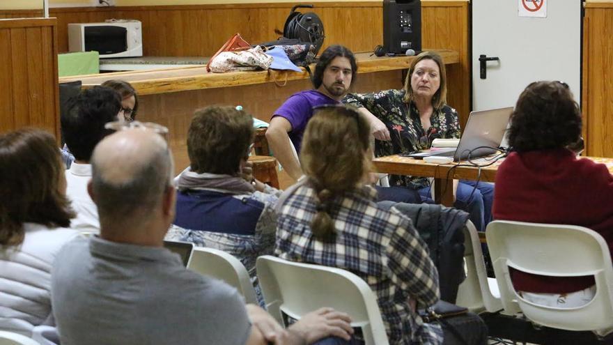 Debate en la Asamblea de Podemos para inaugurar la ruta 'En el mar que nos une'. (ALEJANDRO RAMOS)