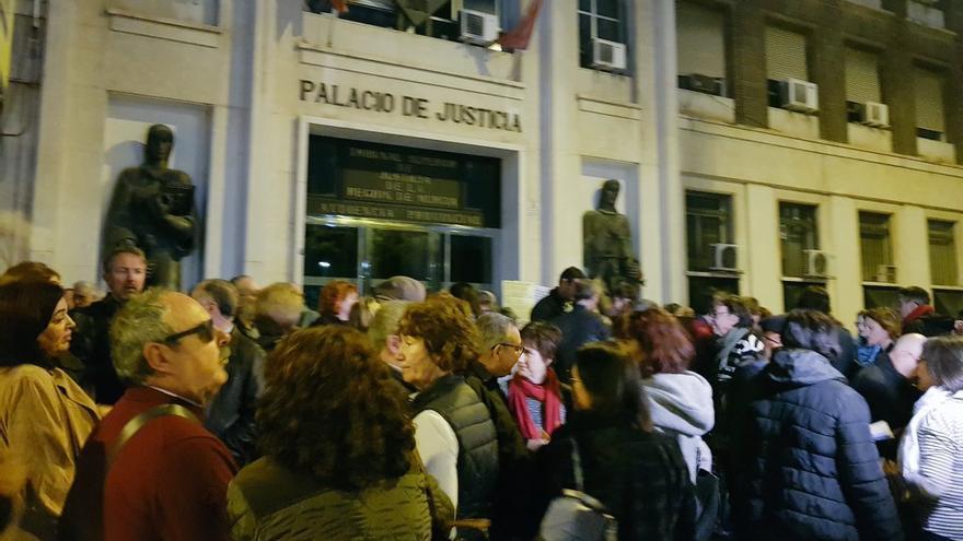 Decenas de personas se concentran en Murcia para protestar por la sentencia del impuesto de las hipotecas