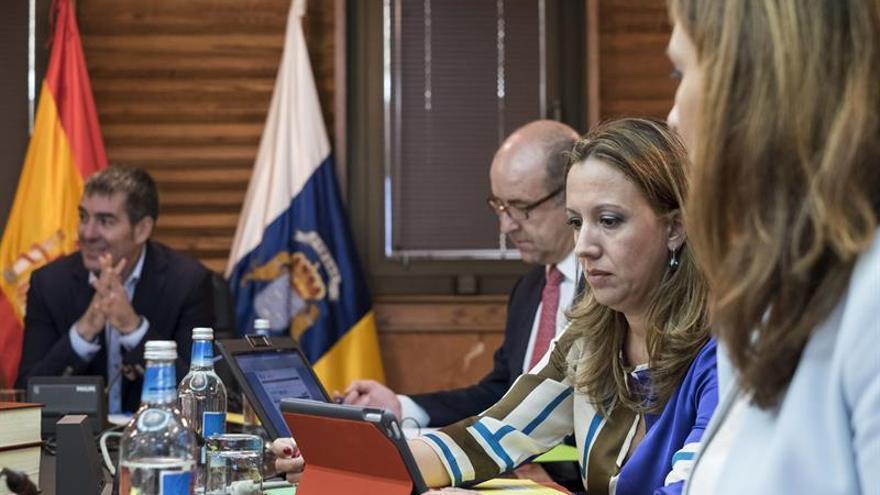 La consejera de Hacienda, Rosa Dávila (2d), prepara la reunión del Consejo de Gobierno celebrada en la capital grancanaria. (Efe/Ángel Medina G.).