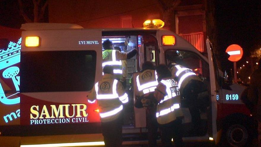 Dos jóvenes heridos al volcar su coche en un parking de un centro comercial