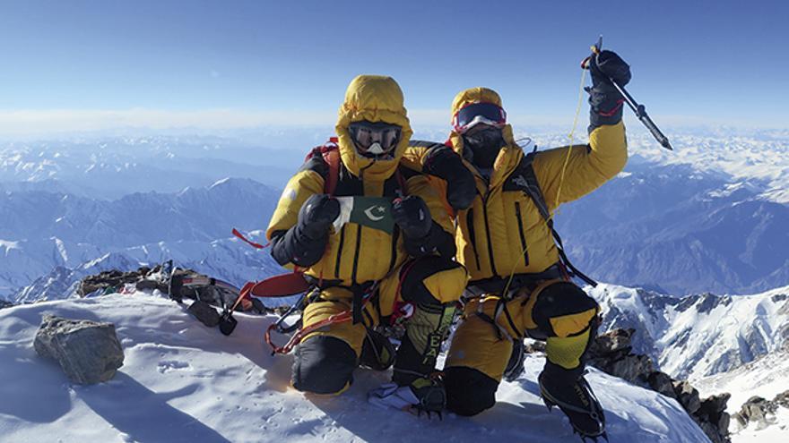 Alí Sadpara y Simone Moro en la cima del Nanga Parbat.