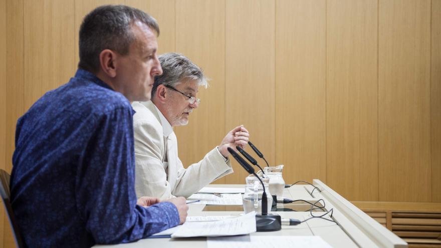 El alcalde de Zaragoza, Pedro Santisteve (al fondo), junto con el concejal de Economía, Fernando Rivarés.