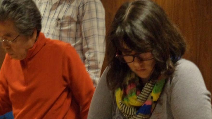 Chica concentrada jugando a Go (Foto: Hoja De Router)