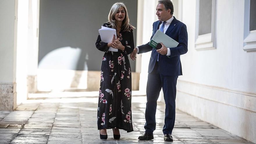 El portavoz y consejero de Presidencia, Elías Bendodo, junto a la titular de Cultura, Patricia del Pozo.