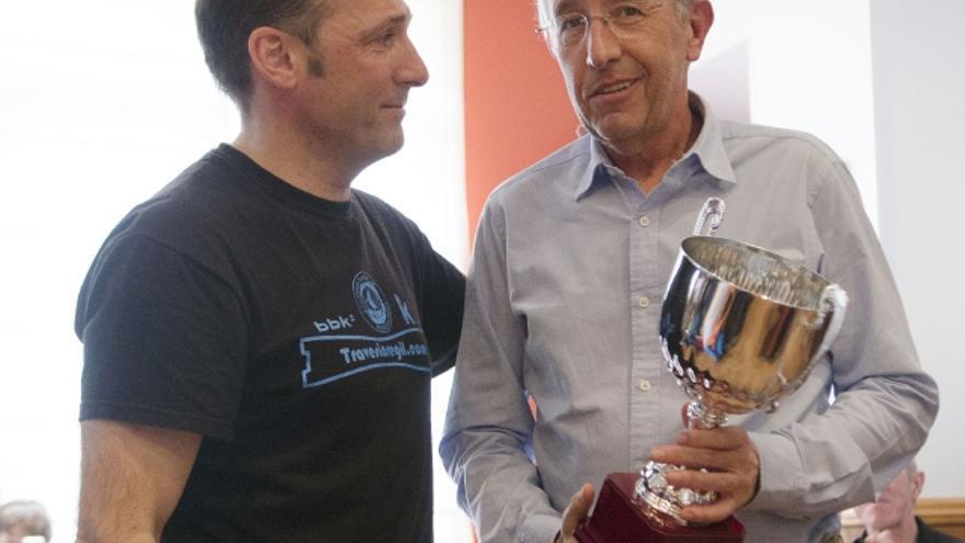 Rafael Doménech recibe el trofeo de la Copa Andrés de Régil (© Santiago Yaniz Aramendia).