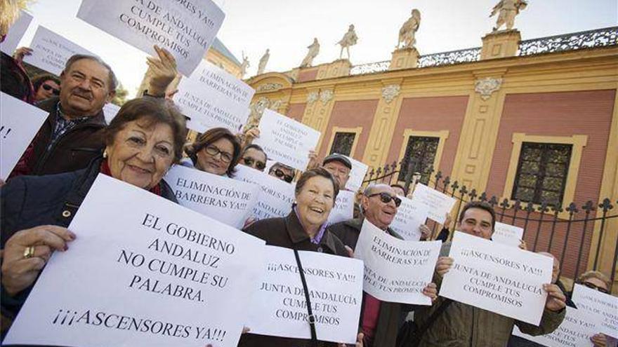 Protestas por el retraso en el pago de las ayudas a la colocación de los ascensores