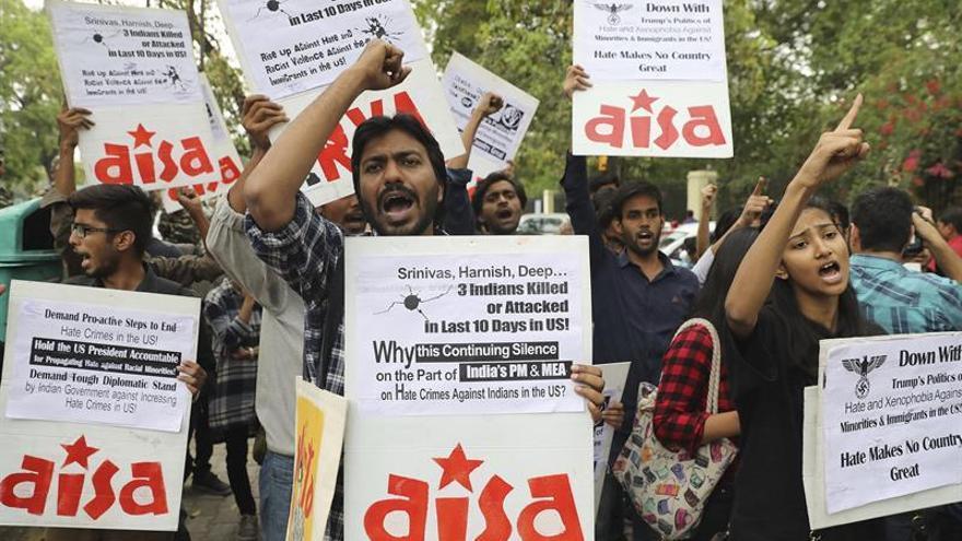 Estudiantes indios se manifiestan contra Trump tras ataques racistas en EEUU
