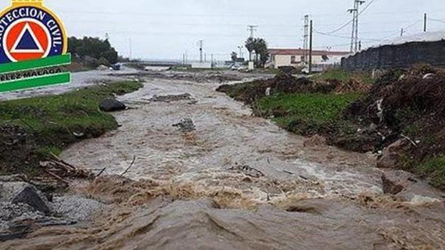 Muere una mujer arrastrada por el agua al intentar cruzar el cauce de un arroyo en Vélez-Málaga