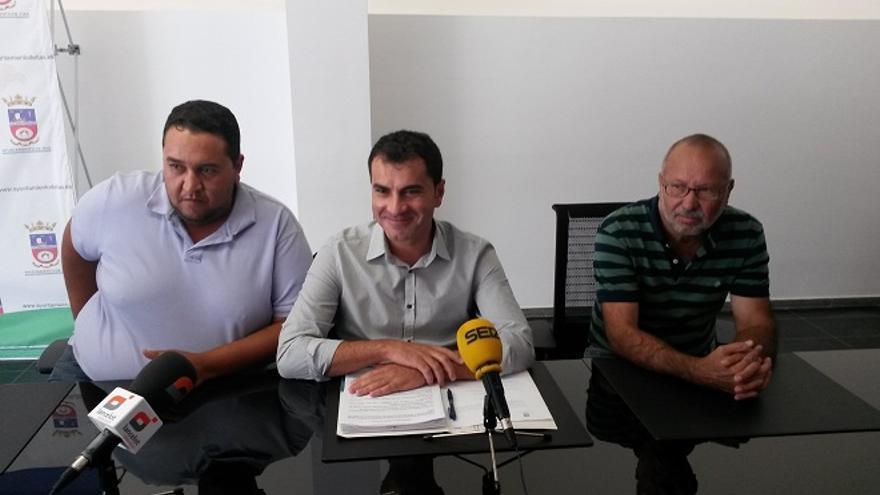 Mame Fernández con miembros de CC en Tías, cuando anunció su pacto con el PP. FOTO: Diario de Lanzarote.