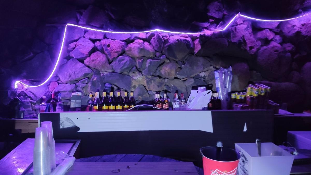 Barra de bebidas en la fiesta ilegal detectada en San Miguel