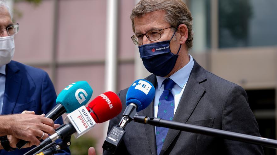 El presidente de la Xunta de Galicia, Alberto Núñez Feijóo, responde a los medios a su llegada a una reunión con la ministra de Economía en la sede del Ministerio, a 30 de abril de 2021, en Madrid (España). Esta reunión pretende abordar la crisis que vive
