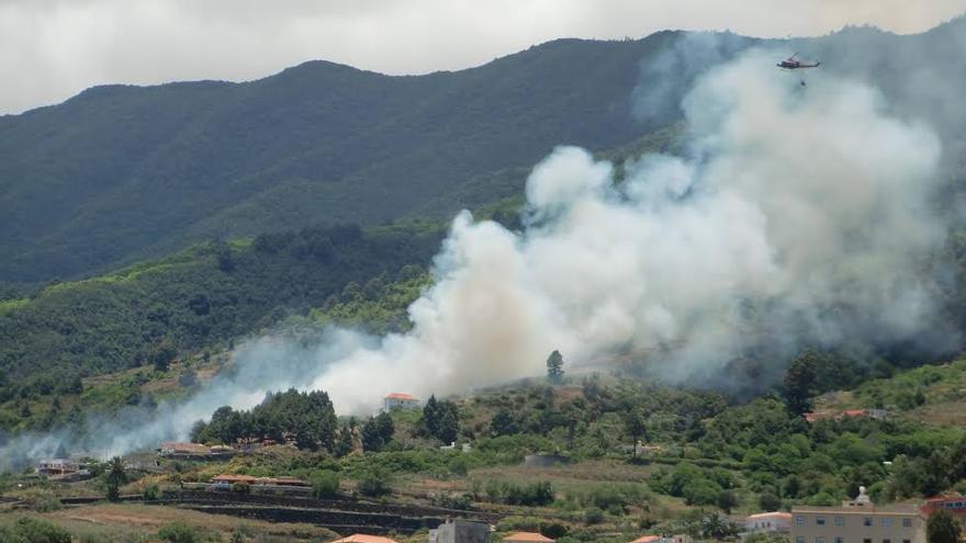 En la imagen, intervención del helicóptero en el incendio forestal de Velhoco. Foto: JOSÉ MANUEL DOMÍNGUEZ