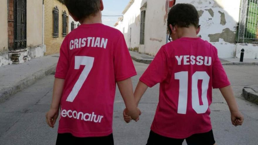 Cristian junto a su hermano Jesús.