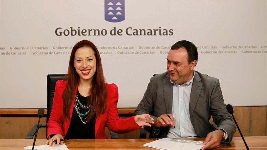 La consejera de Empleo y Políticas Sociales del Gobierno de Canarias, Patricia Hernández, y el presidente de la Federación Canaria de Municipios (Fecam), Manuel Ramón Plasencia