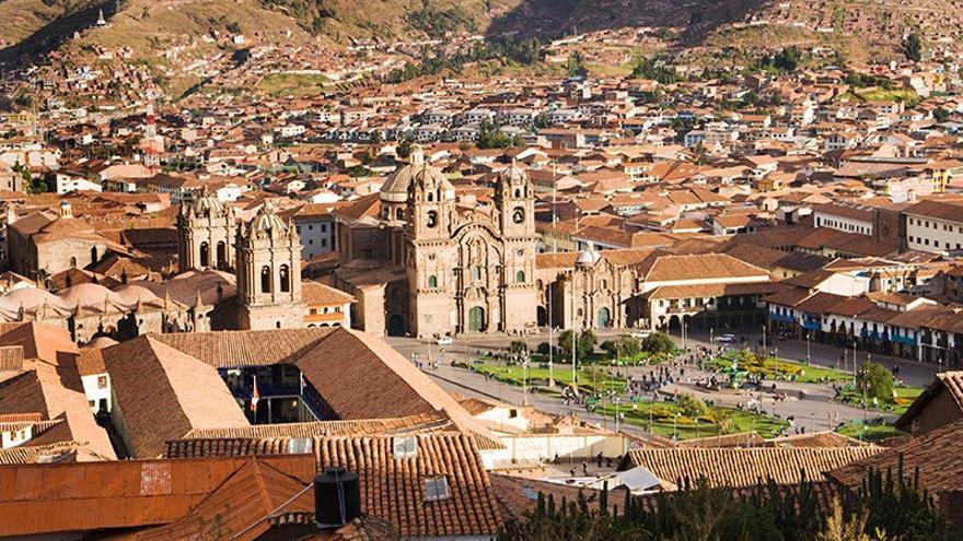La ciudad de Cuzco, en la cordillera de los Andes, fue la capital del imperio Inca antes de la llegada de los españoles. Durante la revuelta del Manco Inca, 20.000 indígenas la sitiaron sin éxito. En su plaza mayor fueron ejecutados Diego Almagro y su hijo, Diego Almagro el Mozo.