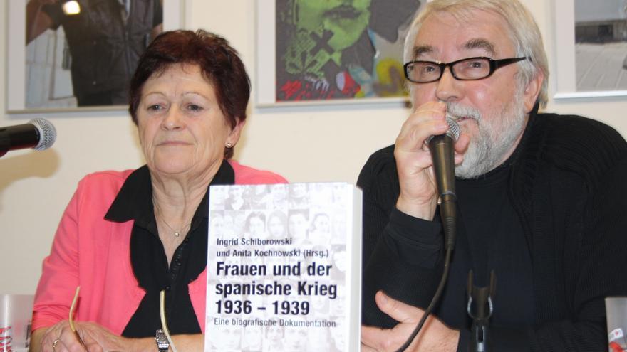 Una de las dos autoras, Anita Kochnowski, junto al editor Frank Schumann en la presentación de este martes