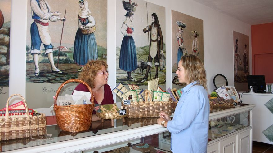 Imagen de archivo de la consejera de Artesanía del Cabildo de La Palma, Susana Machín, durante una visita a 'Outlet La Palma Artesanía'.