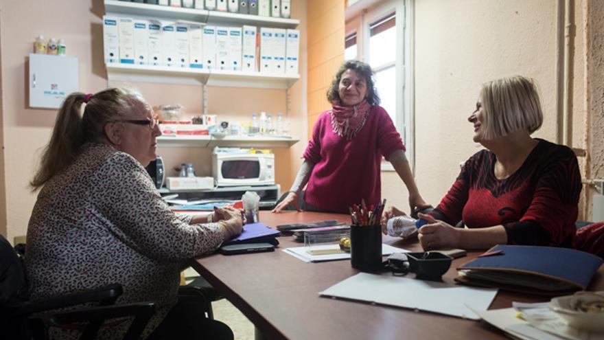 De izquierda a derecha: Ángeles Ferrer, Lucía Germani y Mery Alves en la sede de ACTORA Consumo