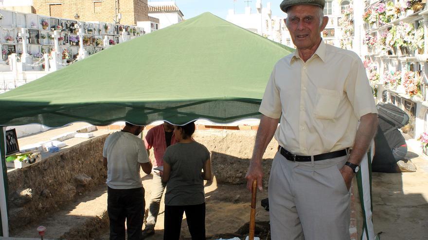 Luis Vega durante la exhumación en el cementerio de Paterna. | JUAN MIGUEL BAQUERO