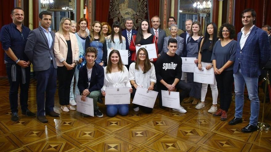 Diez estudiantes de Bilbao reciben las becas 'Doña Casilda de Iturrizar-Viuda de Epalza' a la excelencia educativa