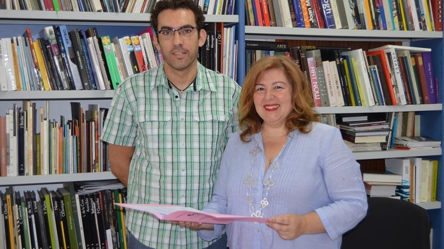 La concejal de Cultura, Charo González, junto al pintor y presidente de la Asociación Tonarí en Canarias, José Tabares.