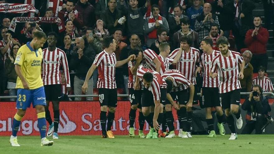 Los jugadores del Athletic de Bilbao celebran el segundo gol del equipo frente a la UD Las Palmas en San Mamés. EFE/MIGUEL TOÑA