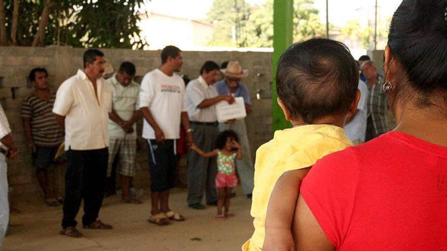 Las asambleas del Cecop se realizan todos los domingos en una comunidad diferente. Además de tratar temas relativos a la presa de La Parota, actualmente en las reuniones también también se habla de otros temas que afectan todas las comunidades como el acceso al agua potable o la creación de una nueva universidad campesina. / Foto: Emma Gascó.