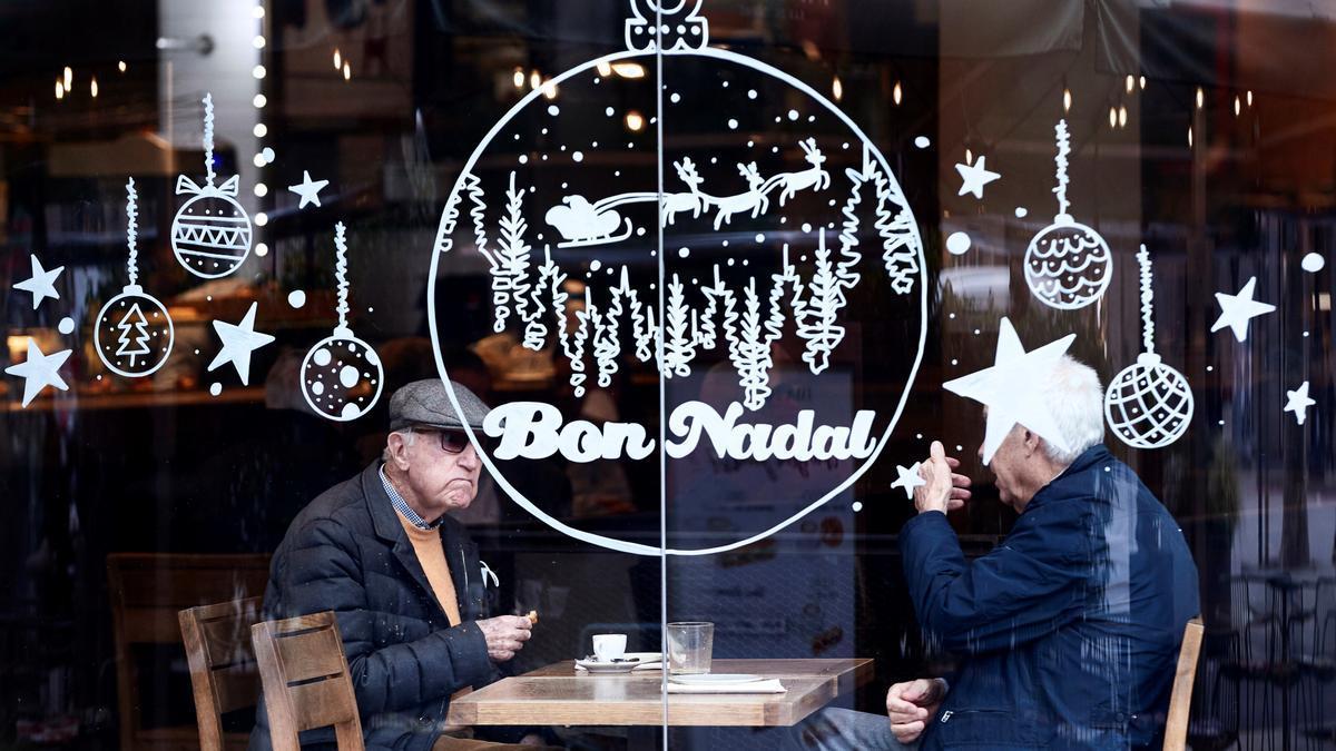 Dos personas desayunan en una cafetería en Barcelona. EFE/Alejandro García/Archivo