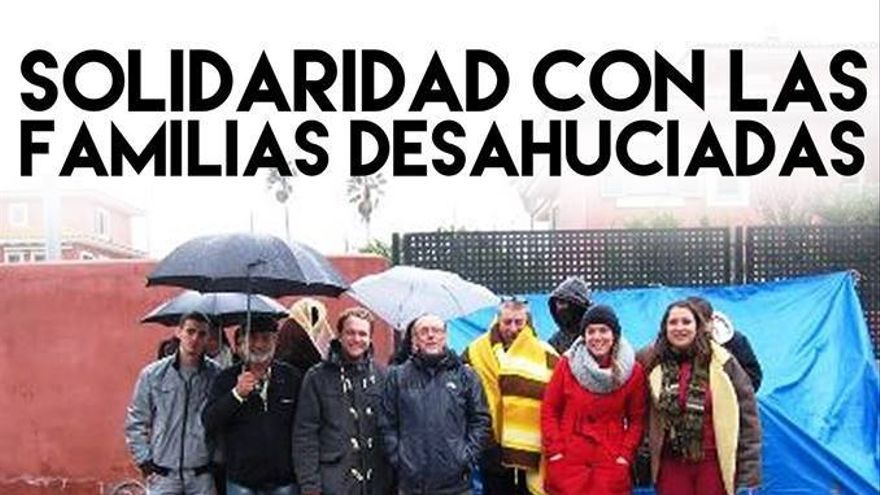 Concentrados ante la urbanización en la que vive el presidente de la Junta en Badajoz
