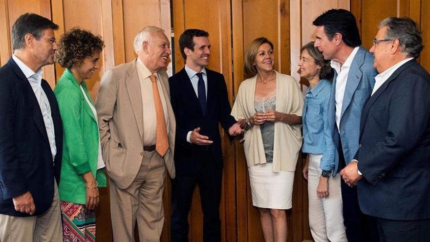 Pablo Casado unos días antes del Congreso del PP junto a varios exministros del partido, entre ellos José Manuel Soria (2d).